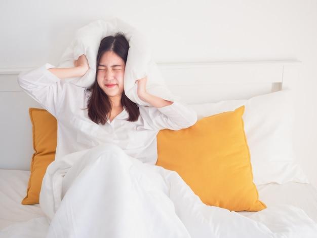Mulher tirou o travesseiro da orelha depois de acordar