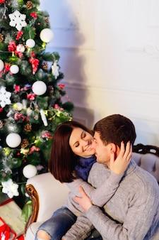 Mulher tocando a cabeça do marido suavemente homem mulher surpresa para o natal