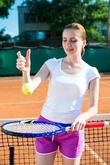 Mulher, tocando, com, a, bola tênis