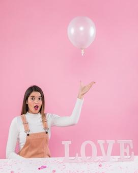 Mulher, tocando, com, ar, balloon, perto, inscrição amor