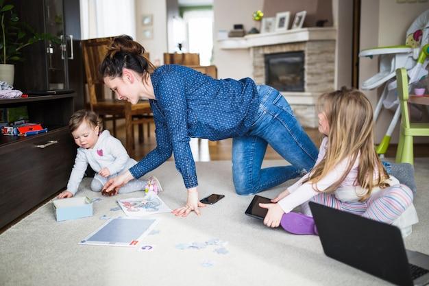 Mulher, tocando, dela, crianças