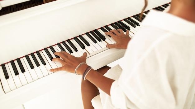 Mulher tocando piano