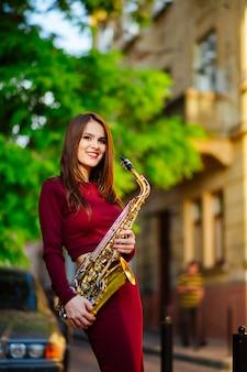 Mulher tocando saxofone nas ruas da cidade
