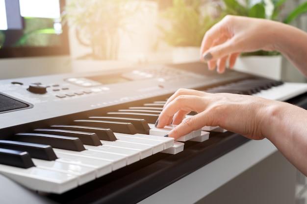 Mulher, tocando, sintetizador