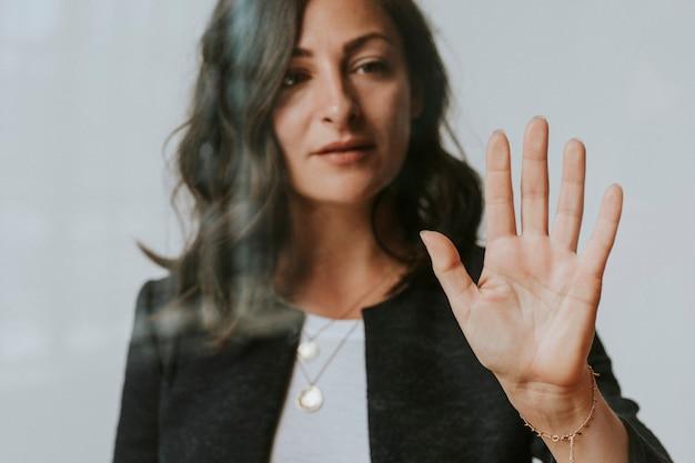 Mulher tocando uma tela com a palma da mão