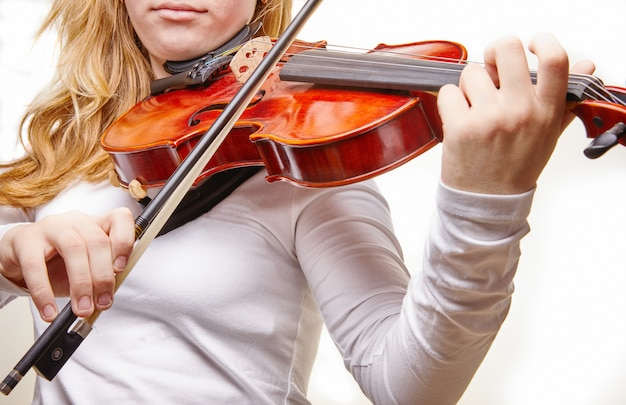 Mulher tocando violino clássico