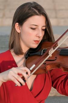 Mulher tocando violino