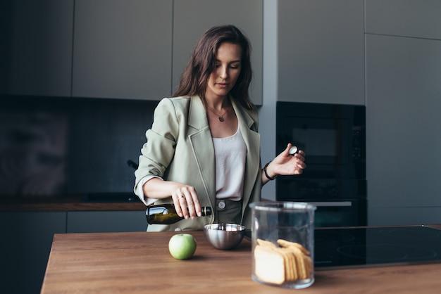 Mulher tomando café da manhã antes de sair para o trabalho.