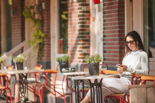 Mulher tomando café da manhã ao ar livre
