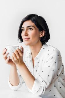 Mulher tomando café em um café