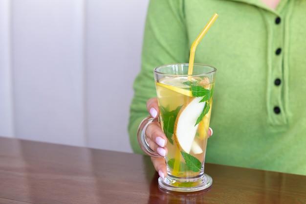 Mulher tomando chá de frutas em um café