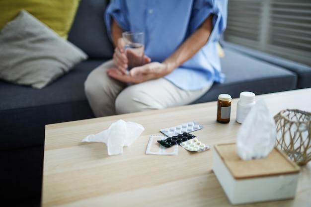Mulher tomando pílulas