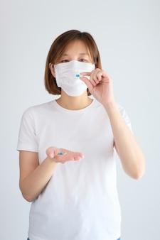 Mulher tomando remédio para tratamento da gripe, vírus corona, covid19.
