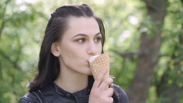 Mulher tomando sorvete no parque