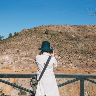 Mulher tomando tiros da colina