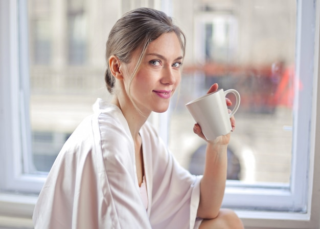 Mulher tomando uma xícara de café