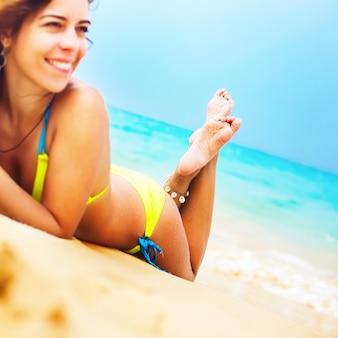 Mulher, tomar sol, praia tropical, foco, pé