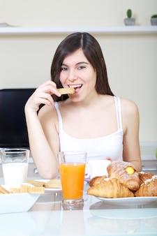 Mulher tomar um café da manhã em casa