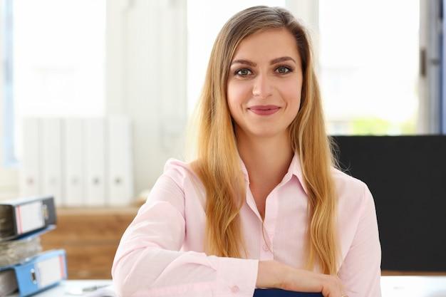 Mulher trabalha com documentos em casa, auto-isolamento