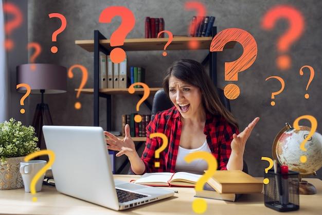Mulher trabalha no smartworking, trabalha em casa e tem muitas perguntas