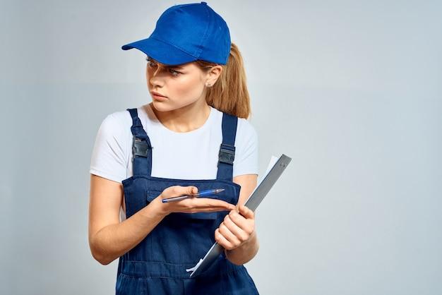 Mulher trabalhadora em documentos de serviço de entrega de correio uniforme. foto de alta qualidade
