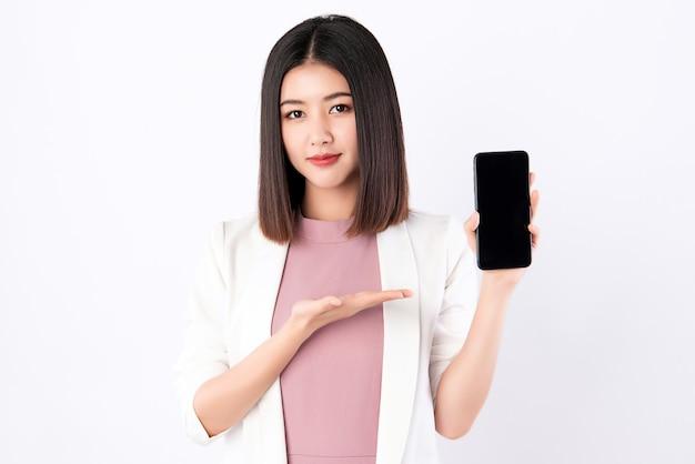 Mulher trabalhadora, mostrando o telefone móvel.