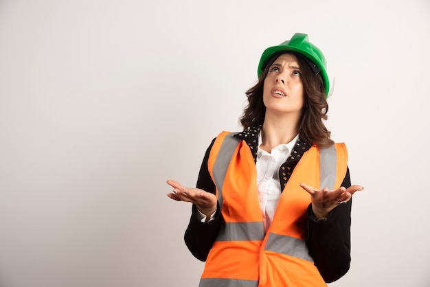 Mulher trabalhadora preocupada olhando de cabeça para baixo