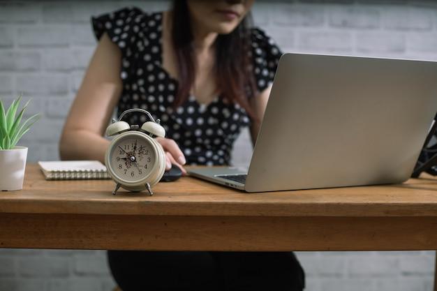 Mulher trabalhadora sempre pontual no trabalho