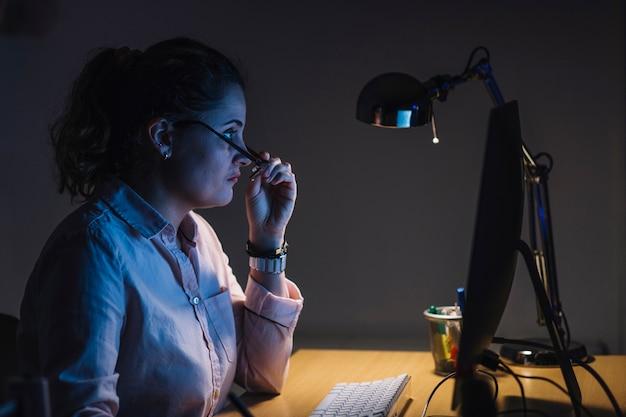 Mulher, trabalhando, à noite Foto gratuita