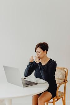 Mulher, trabalhando, casa