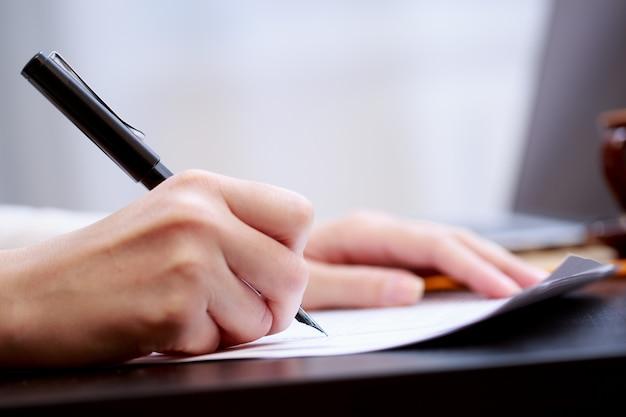 Mulher, trabalhando, com, documentos