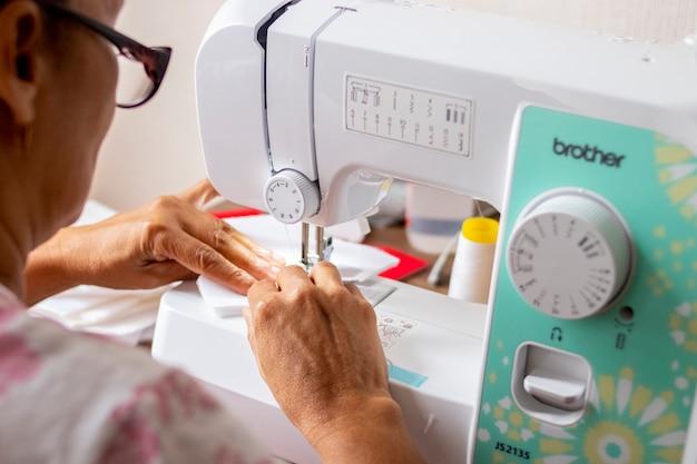 Mulher, trabalhando, com, máquina de costura