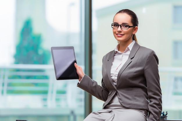 Mulher, trabalhando, com, tabuleta, em, escritório