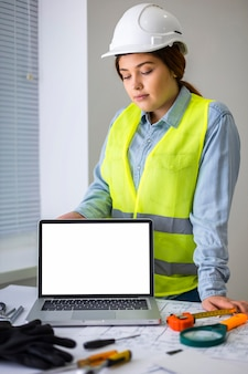 Mulher trabalhando como engenheira