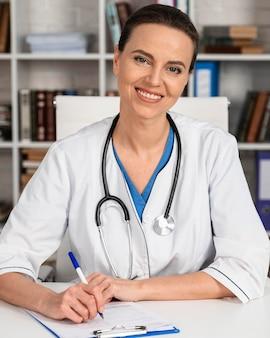 Mulher trabalhando como médica