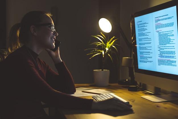 Mulher, trabalhando, computador, lar, escritório