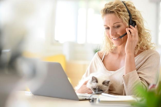 Mulher, trabalhando, de, escritório lar