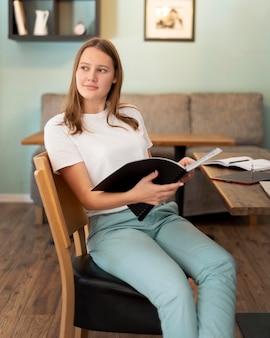 Mulher trabalhando em casa durante a pandemia com notebook