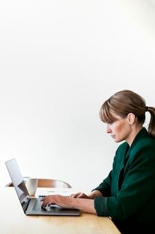 Mulher trabalhando em casa durante quarentena de coronavírus