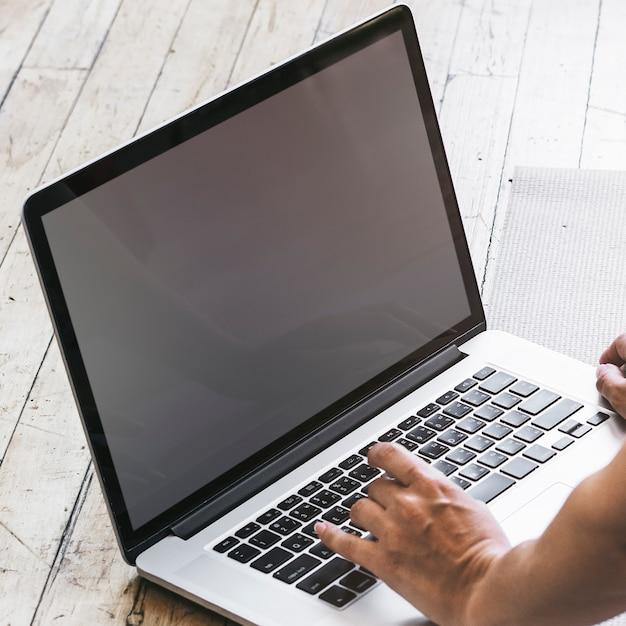 Mulher trabalhando em casa em seu laptop durante covid-19