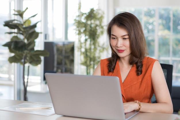 Mulher trabalhando em casa usando o computador.