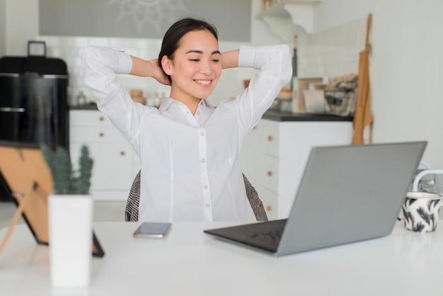 Mulher trabalhando em casa