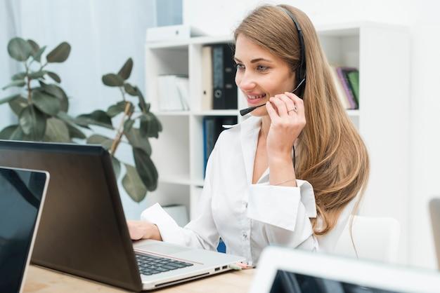 Mulher, trabalhando, em, centro chamada