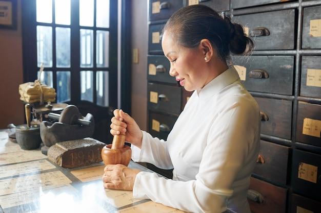 Mulher trabalhando em farmácia tradicional