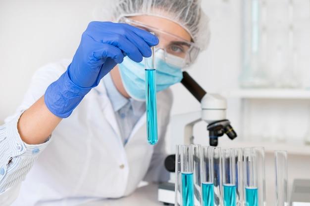 Mulher trabalhando em laboratório