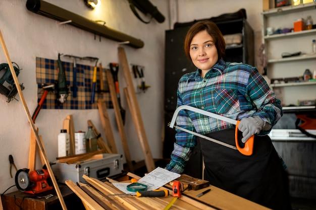 Mulher trabalhando em oficina