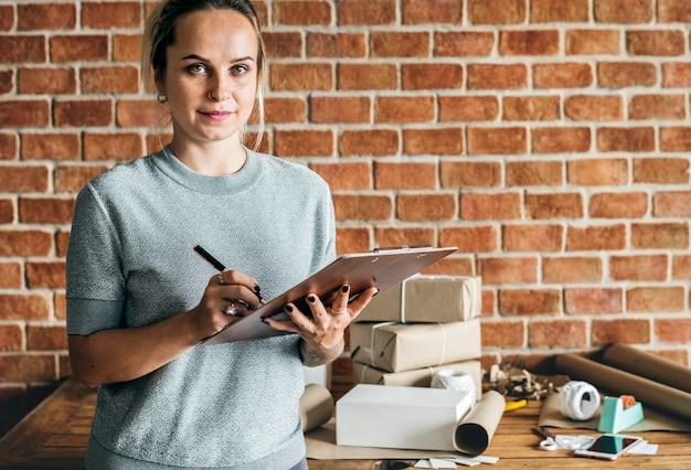 Mulher, trabalhando, em, pacote, serviço