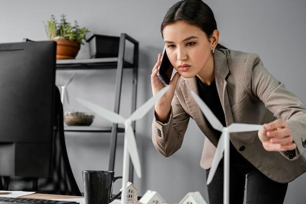 Mulher trabalhando em projeto de energia renovável