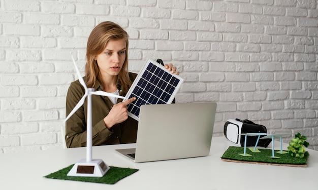 Mulher trabalhando em projetos ambientais