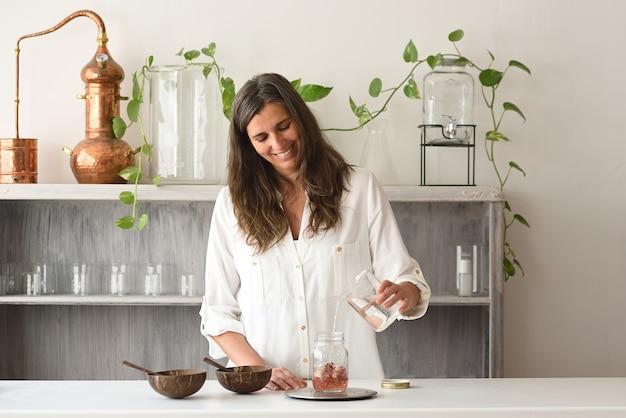 Mulher trabalhando em sua oficina de cosméticos naturais
